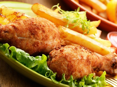 Пържени пилешки бутчета киснати в мляко и панирани в царевично брашно - снимка на рецептата